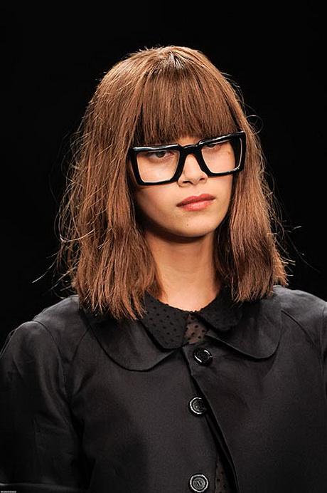 Frisur mit pony und brille